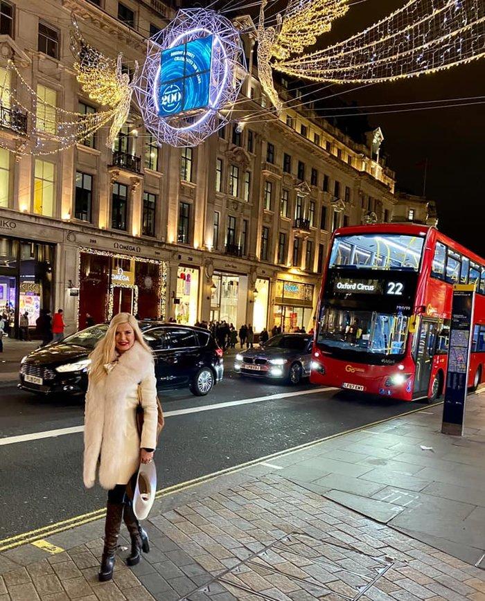 Η Μαρίνα Πατούλη με άσπρη γούνα και μπότες LV στους δρόμους του Λονδίνου - εικόνα 3