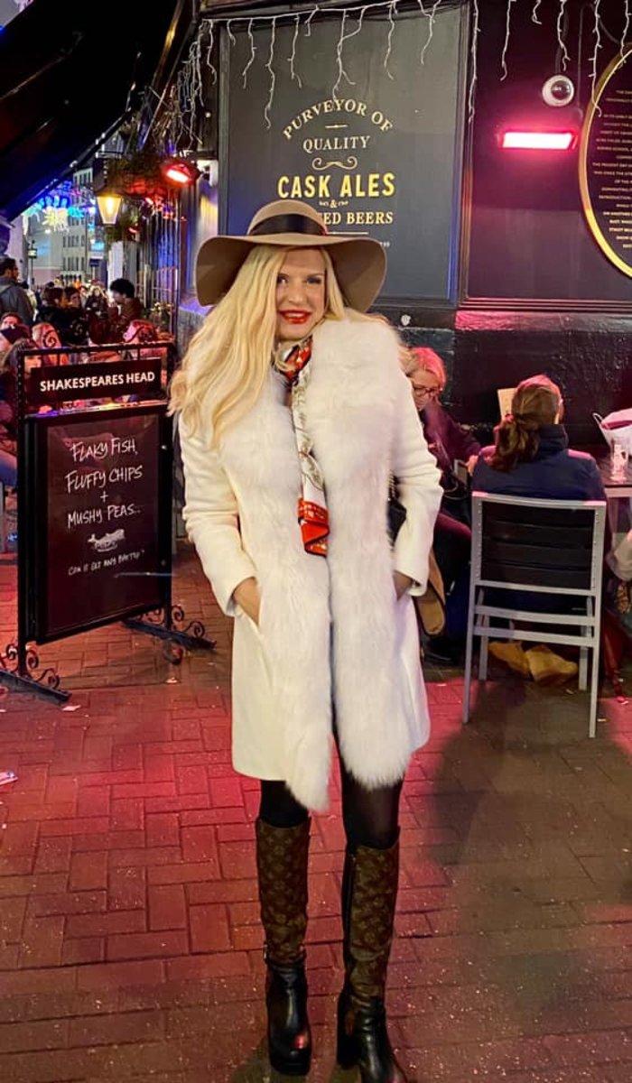 Η Μαρίνα Πατούλη με άσπρη γούνα και μπότες LV στους δρόμους του Λονδίνου - εικόνα 4
