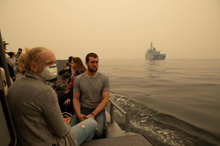 Απίστευτη φωτογραφία στην Αυστραλία: Στη θάλασσα οι φλόγες