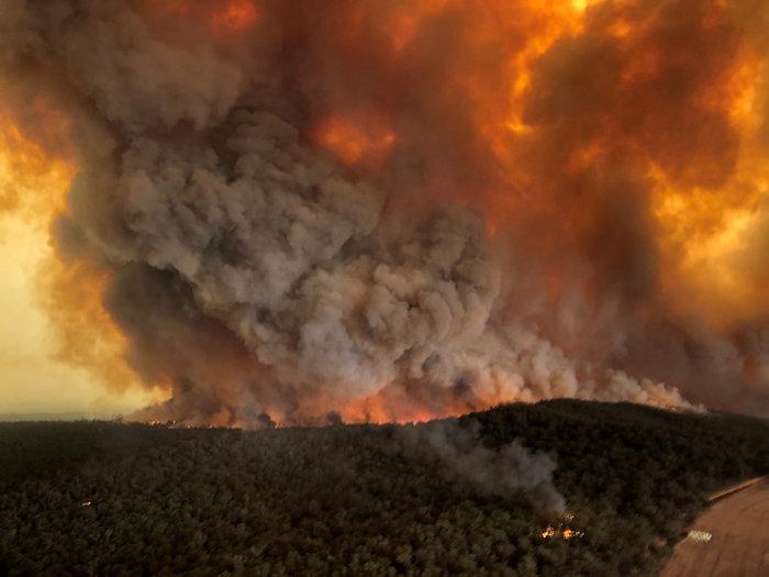 Απίστευτη φωτογραφία στην Αυστραλία: Στη θάλασσα οι φλόγες - εικόνα 7