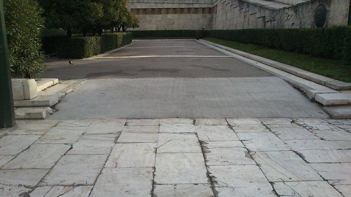 Ράμπα για ΑΜΕΑ στον Άγνωστο Στρατιώτη κατασκεύασε ο Δήμος Αθηναίων - εικόνα 2