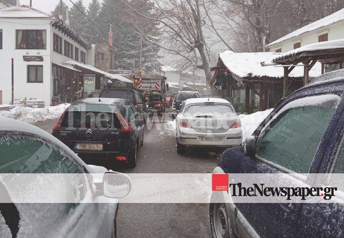 Τα χιόνια παγίδευσαν οχήματα σε Καλάβρυτα και Πήλιο