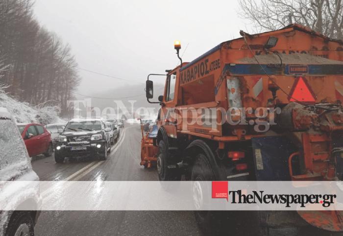 Τα χιόνια παγίδευσαν οχήματα σε Καλάβρυτα και Πήλιο - εικόνα 2