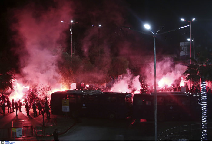 Δακρυγόνα πριν το ντέρμπι Ολυμπιακού - Παναθηναϊκού - εικόνα 2