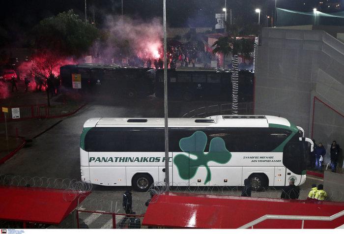 Δακρυγόνα πριν το ντέρμπι Ολυμπιακού - Παναθηναϊκού - εικόνα 4