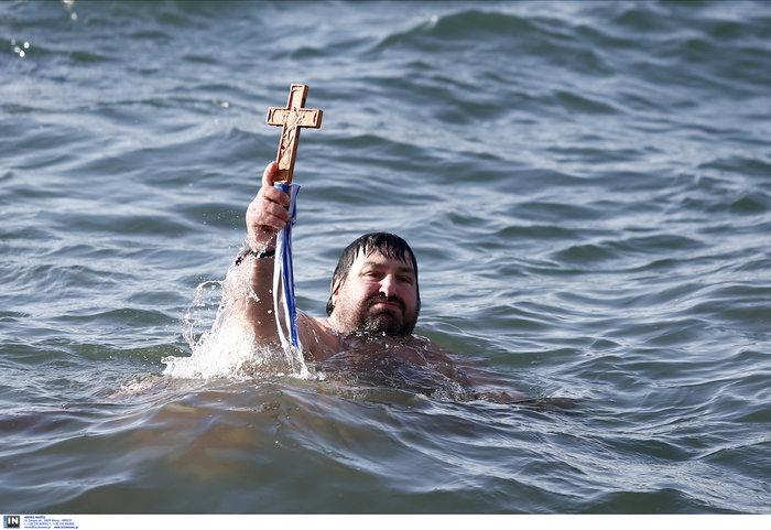 Παρά το κρύο 20 γενναίοι βούτηξαν στον Θερμαΐκό για τον Σταυρό - εικόνα 7