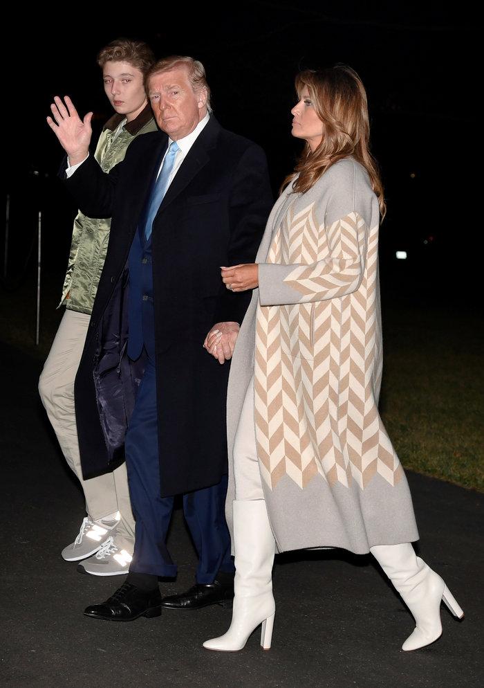 Η Μελάνια με πλεκτό φόρεμα και απίθανο παλτό σε μια υπέροχη εμφάνιση - εικόνα 2