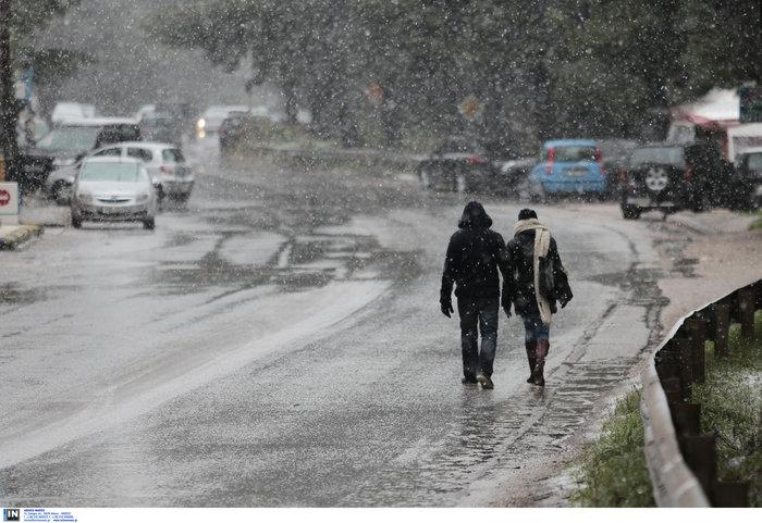 «Ηφαιστίων»: Χιονίζει στα Β. Προάστια - Πως θα κινηθεί τις επόμενες ώρες - εικόνα 2