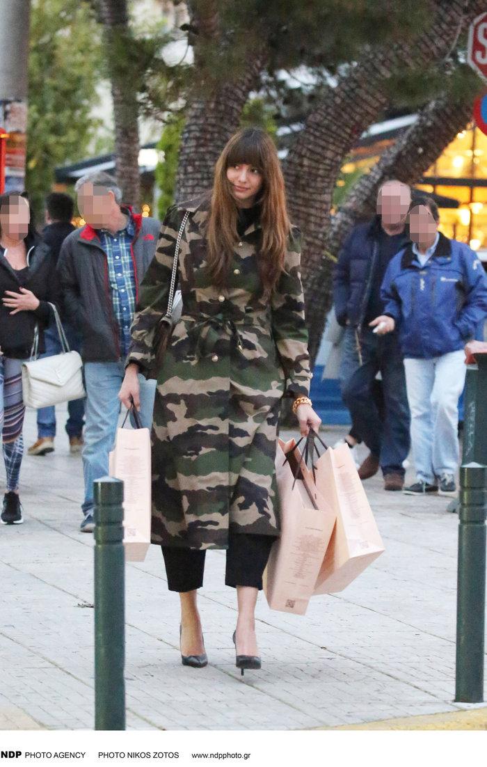 Αντιγράφει τη Ζενεβιέβ η Ηλιάνα: Βόλτα με το ίδιο militaire φόρεμα