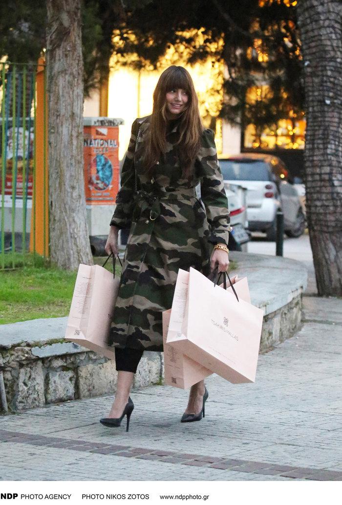 Αντιγράφει τη Ζενεβιέβ η Ηλιάνα: Βόλτα με το ίδιο militaire φόρεμα - εικόνα 2
