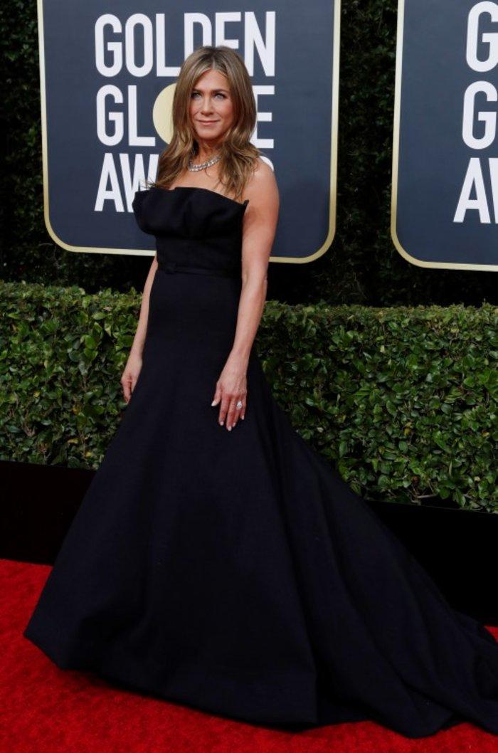 Τζένιφερ Ανιστον: Τι «έκρυβε» κάτω από το εντυπωσιακό μαύρο φόρεμά της