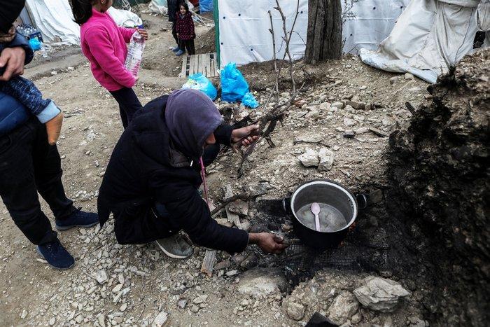 Με παλέτες κα μουσαμάδες μέσα στο κρύο οι μετανάστες στη Μόρια - εικόνα 5