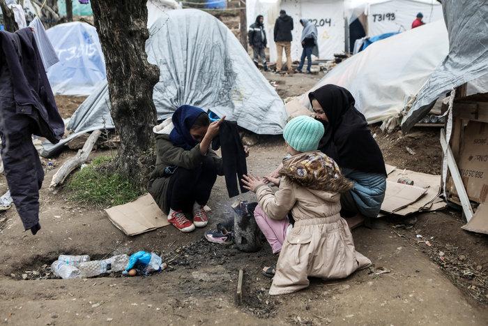 Με παλέτες κα μουσαμάδες μέσα στο κρύο οι μετανάστες στη Μόρια - εικόνα 6