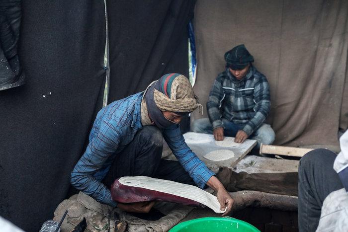 Με παλέτες κα μουσαμάδες μέσα στο κρύο οι μετανάστες στη Μόρια - εικόνα 7