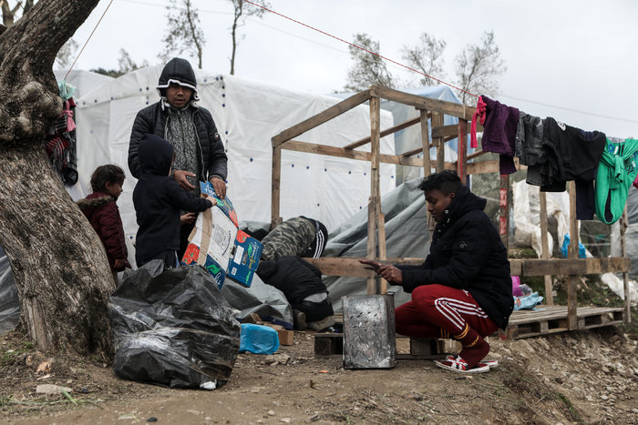 Με παλέτες κα μουσαμάδες μέσα στο κρύο οι μετανάστες στη Μόρια - εικόνα 8