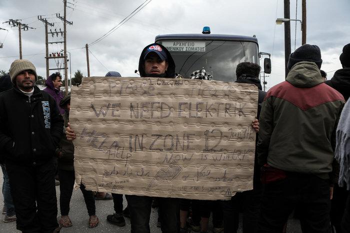 Με παλέτες κα μουσαμάδες μέσα στο κρύο οι μετανάστες στη Μόρια - εικόνα 10