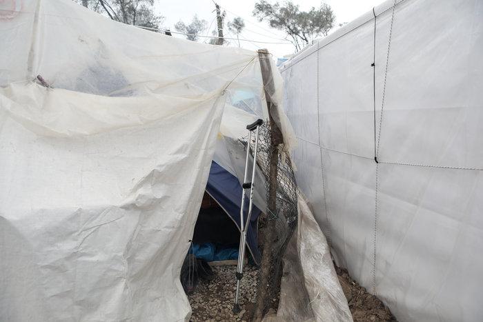 Με παλέτες κα μουσαμάδες μέσα στο κρύο οι μετανάστες στη Μόρια