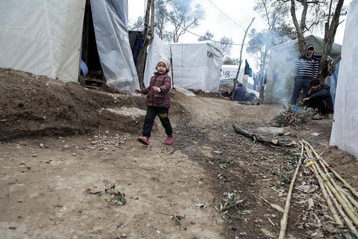 Με παλέτες κα μουσαμάδες μέσα στο κρύο οι μετανάστες στη Μόρια - εικόνα 2