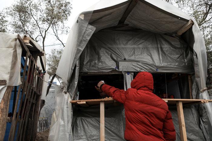 Με παλέτες κα μουσαμάδες μέσα στο κρύο οι μετανάστες στη Μόρια - εικόνα 4