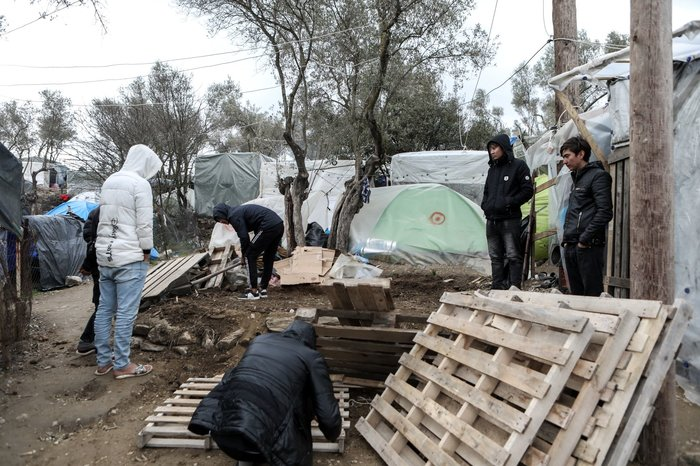 Με παλέτες κα μουσαμάδες μέσα στο κρύο οι μετανάστες στη Μόρια - εικόνα 3