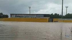 Κρήτη-κακοκαιρία: Γήπεδο μετατράπηκε σε λιμνοθάλασσα στο Ηράκλειο