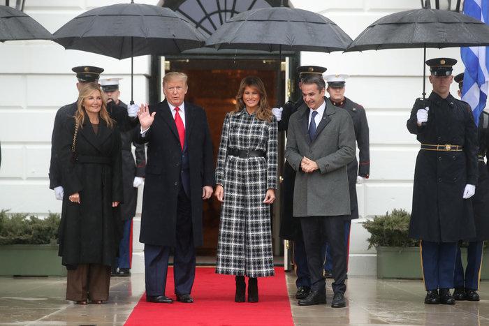 Η καθυστέρηση λόγω βροχής και το ντύσιμο Μελάνια & Μαρέβας