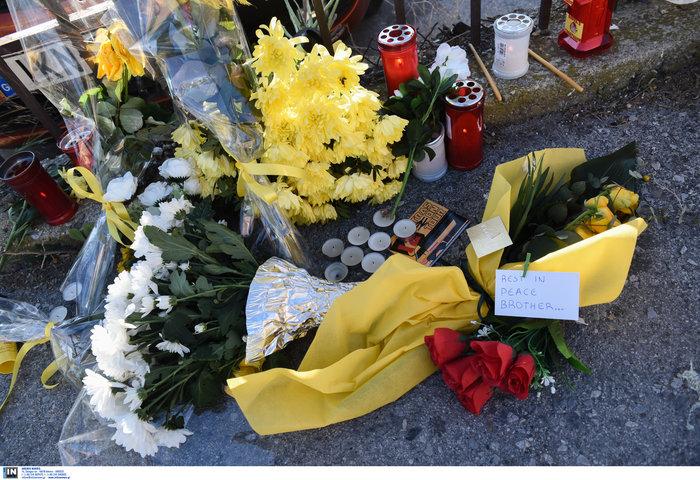 Φανέλες και λουλούδια στο σημείο που σκοτώθηκε ο 28χρονος οπαδός