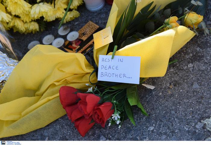 Φανέλες και λουλούδια στο σημείο που σκοτώθηκε ο 28χρονος οπαδός - εικόνα 2