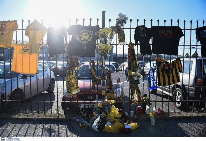 Φανέλες και λουλούδια στο σημείο που σκοτώθηκε ο 28χρονος οπαδός - εικόνα 3