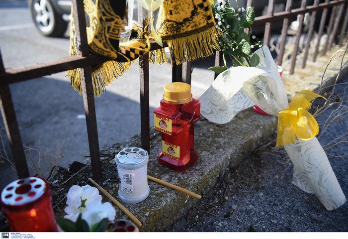 Φανέλες και λουλούδια στο σημείο που σκοτώθηκε ο 28χρονος οπαδός - εικόνα 5