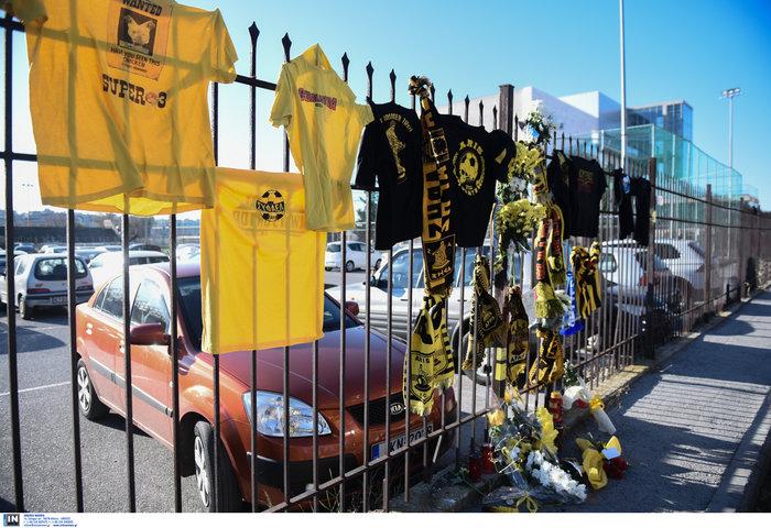 Φανέλες και λουλούδια στο σημείο που σκοτώθηκε ο 28χρονος οπαδός - εικόνα 7