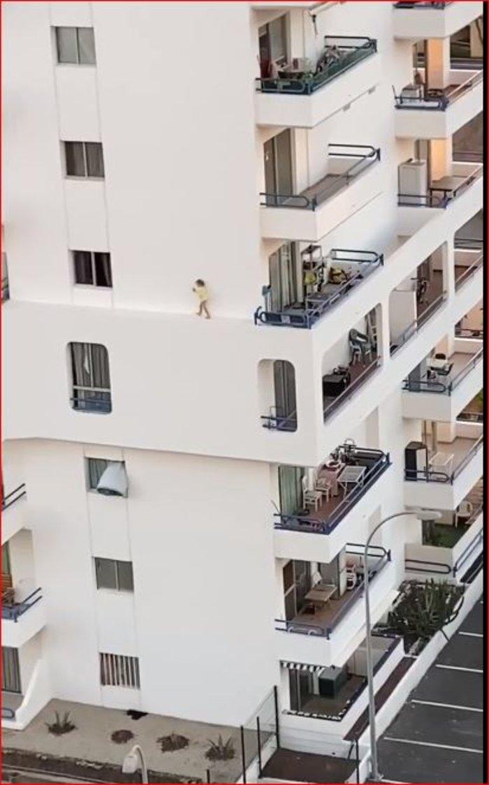 Σοκαριστικό. Κοριτσάκι τρέχει σε περβάζι 4ου ορόφου
