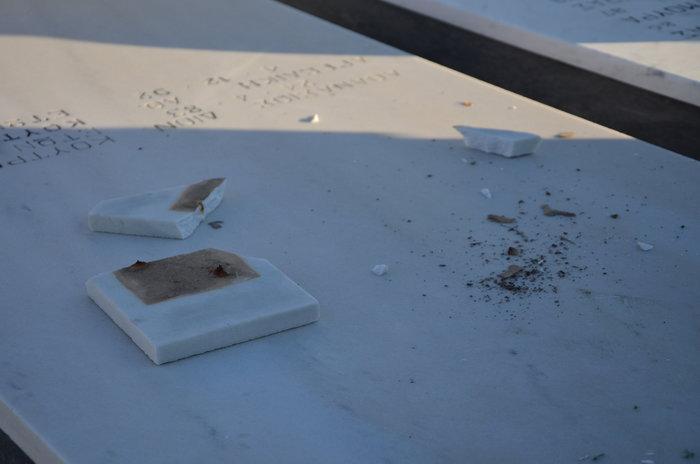 Άργος: Ιερόσυλοι έκλεψαν καντήλια & βάζα από νεκροταφείο