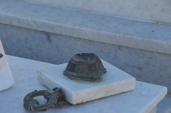 Άργος: Ιερόσυλοι έκλεψαν καντήλια & βάζα από νεκροταφείο - εικόνα 2
