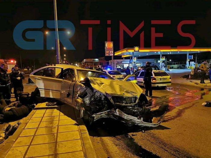 Τροχαίο σοκ στη Θεσσαλονίκη: ΙΧ κόπηκε στη μέση