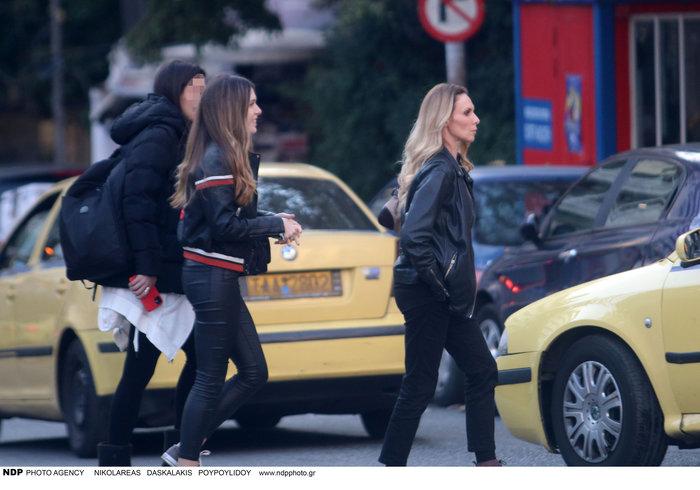 Εβελίνα Παπούλια: Βόλτα στην Αθήνα με την πανέμορφη κόρη της Αφροδίτη