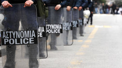 Επίθεση σε αστυνομικούς με πέτρες & μπουκάλια έξω από την ΑΣΟΕΕ