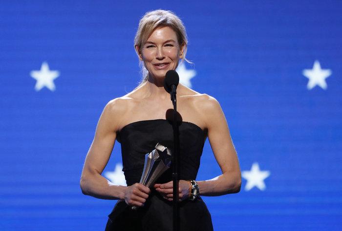 Η Ρενέ Ζελβέγκερ με το βραβείο της για την ταινία Τζούντι
