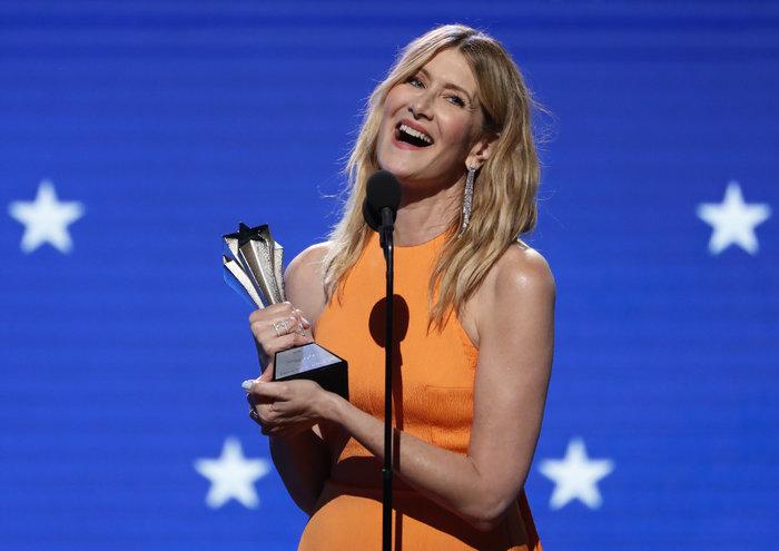"""Η Λόρα Ντερν με το βραβείο της για το """"Marriage Story."""""""