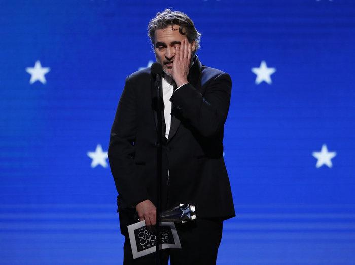Ο Χοακίν Φίνιξ, συγκινημένος με το βραβείο του για το Τζόκερ