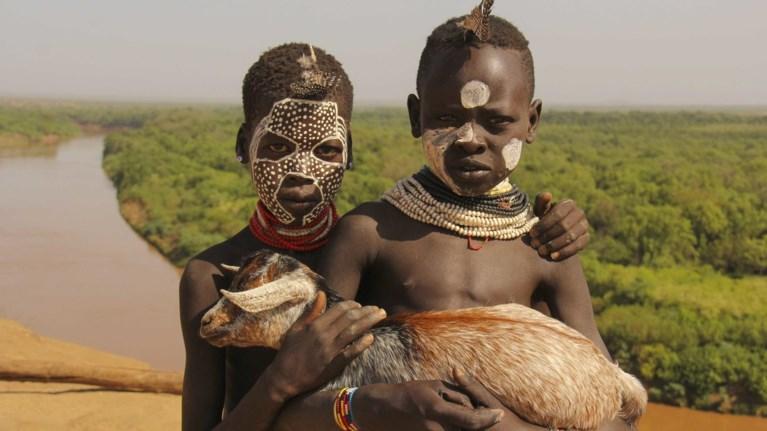 mia-omada-ellinwn-fwtografwn-taksideuei-kai-fwtografizei-tin-aithiopia