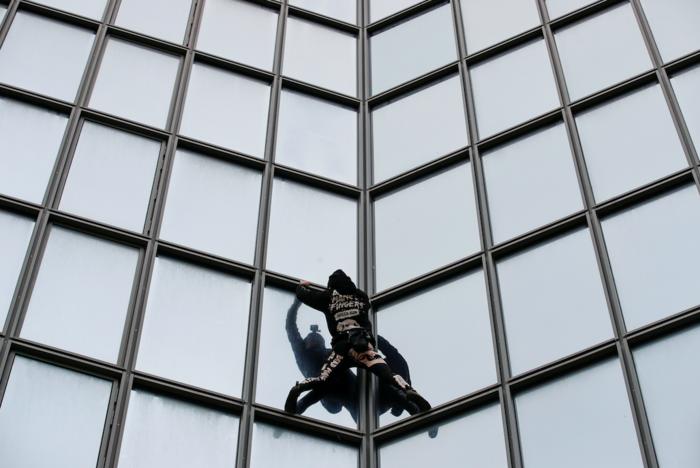"""Ο """"γάλλος Spiderman"""" ξαναχτύπησε- Ανέβηκε ξανά σε ουρανοξύστη 48 ορόφων - εικόνα 2"""