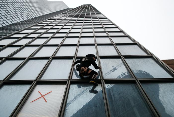 """Ο """"γάλλος Spiderman"""" ξαναχτύπησε- Ανέβηκε ξανά σε ουρανοξύστη 48 ορόφων - εικόνα 3"""