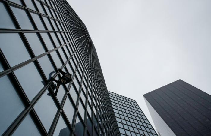 """Ο """"γάλλος Spiderman"""" ξαναχτύπησε- Ανέβηκε ξανά σε ουρανοξύστη 48 ορόφων - εικόνα 4"""