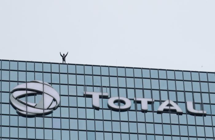 """Ο """"γάλλος Spiderman"""" ξαναχτύπησε- Ανέβηκε ξανά σε ουρανοξύστη 48 ορόφων - εικόνα 5"""