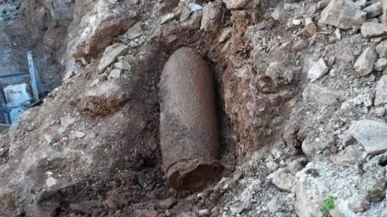 samos-brethike-bomba-dipla-se-sxoleia