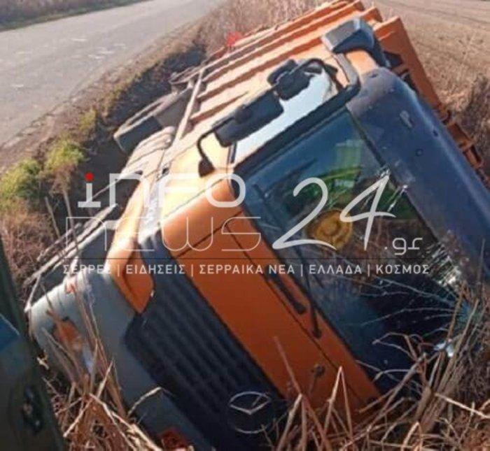 Σέρρες: Ανετράπη απορριμματοφόρο - Δύο υπάλληλοι τραυματίες