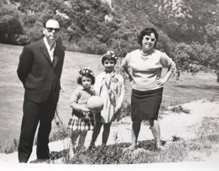 Οικογενειακή φωτογραφία στην εξοχή με τους γονείς και την αδερφή της