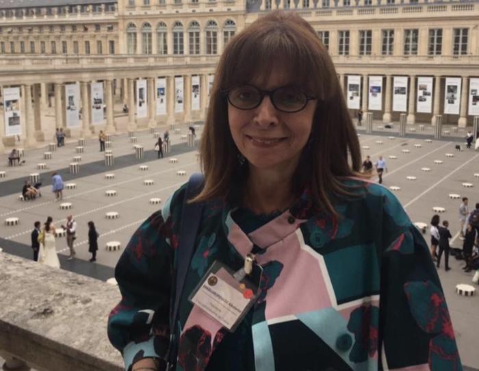 Με φόντο το Παρίσι και το Palais Royal
