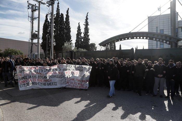 Ενταση με 150 φοιτητές, θέλουν να μπουν στο υπουργείο Παιδείας